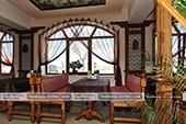 Столик у окна в кафе Гульсум в Феодосии