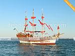 Корабль для морской прогулки экскурсионной прогаммы на автобуе кабриолете в Феодосии
