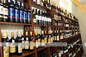 Большой выбор вина различных производителей в винном магазине в Феодосии
