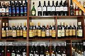 Вина различных крымских производителей в винном магазине в Феодосии