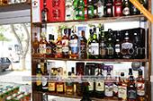 Элитный алкоголь (виски, текила) в винном магазине в Феодосии