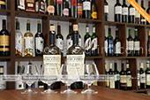 Дегустация большого колличества вин в винном магазине Вина Крыма в Феодосии