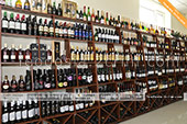 Большой выбор вина в винном магазине в Феодосии