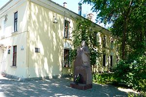 Памятник Народному врачу СССР А.Р. Довженко., Феодосия